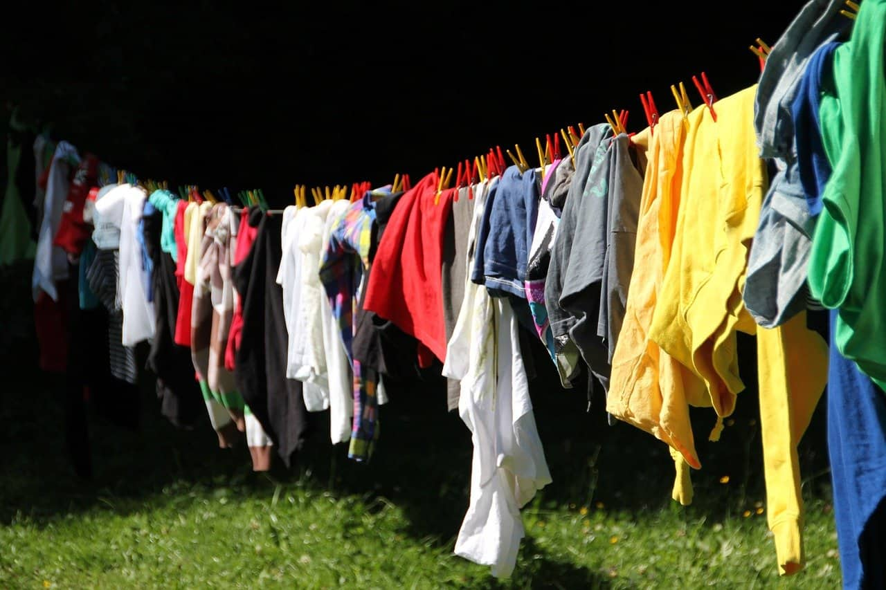รีบย้ายเสื้อผ้าออกและซักใหม่ทันที
